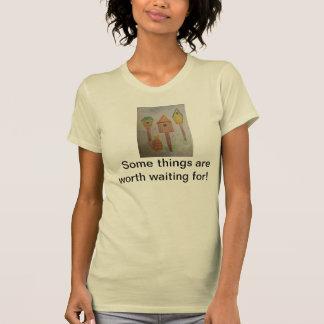 Camiseta color nata de las señoras. Gato y birdhou