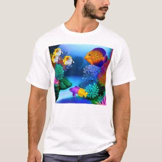 Camiseta colorida de los pescados del acuario del