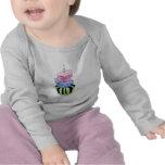 Camiseta colorida del niño de la torta