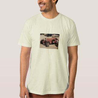 camiseta con el coche de carreras oxidado del playera