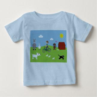 Camiseta con el muchacho en la bici y animales
