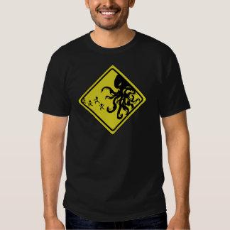 Camiseta de la precaución de Cthulhu Remeras