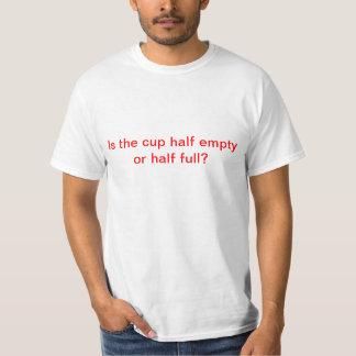 Camiseta de la taza semivacía o semillena playera