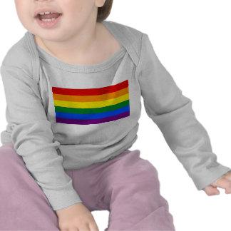 Camiseta del bebé con la bandera del arco iris