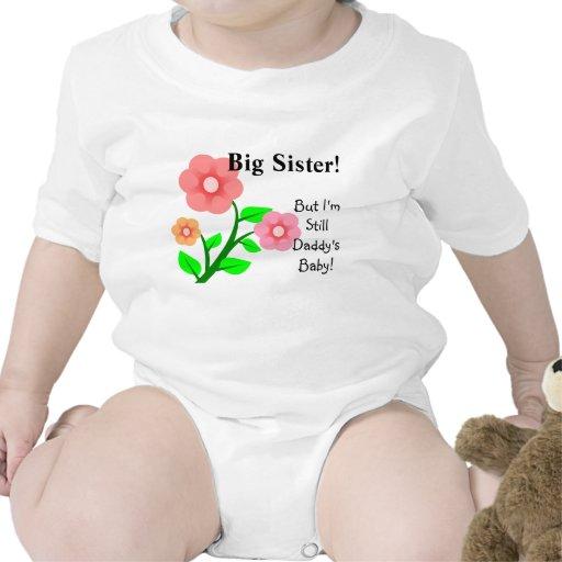 Camiseta del bebé de la hermana grande pero aún de