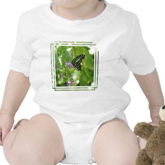 Camiseta del bebé de la mariposa del jardín