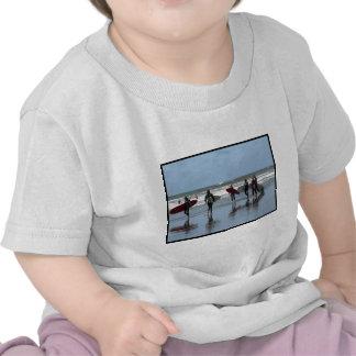 Camiseta del bebé de la muchedumbre que practica