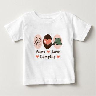 Camiseta del bebé del amor de la paz que acampa