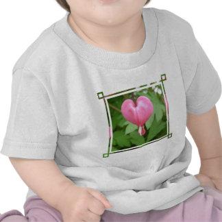 Camiseta del bebé del flor del corazón sangrante