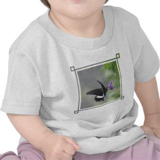 Camiseta del bebé del jardín de la mariposa