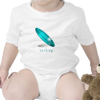 Camiseta del bebé del logotipo que practica surf