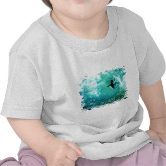 Camiseta del bebé del Wipeout que practica surf