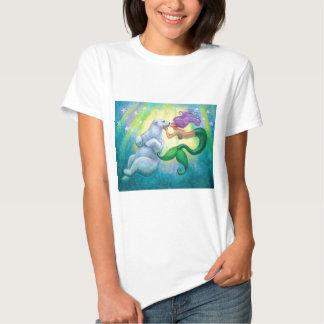 Camiseta del beso del oso polar de la sirena playeras