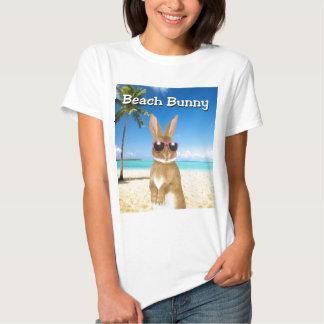 Camiseta del conejito de la playa poleras