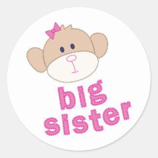 Camiseta del mono de la hermana grande pegatina redonda