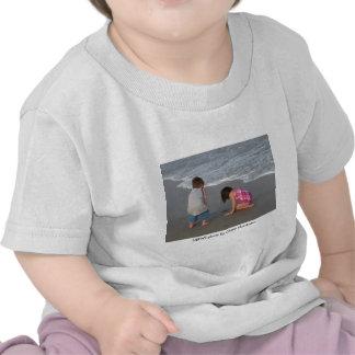 Camiseta del niño/un día en la playa