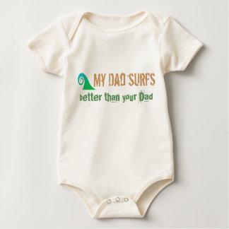 Camiseta del papá de la persona que practica surf mameluco de bebé