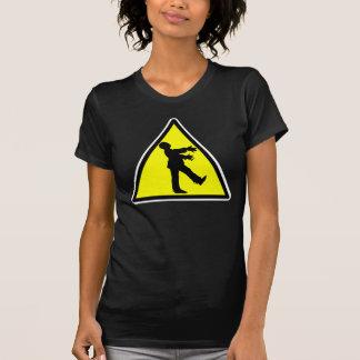 Camiseta destruida travesía del zombi playera