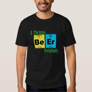 Camiseta divertida: Bebo la cerveza periódicamente Playeras