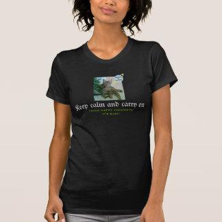 Camiseta divertida del gato (guarde la calma y camisas