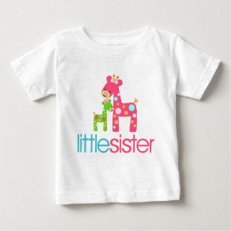Camiseta enrrollada de la pequeña hermana de la