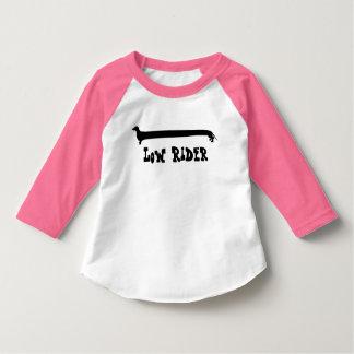 Camiseta envuelta rosa bajo dulce del Dachshund Playera De Bebé
