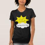 """Camiseta feliz del sol de """"un día a la vez"""""""