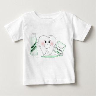 Camiseta feliz linda del niño del diente