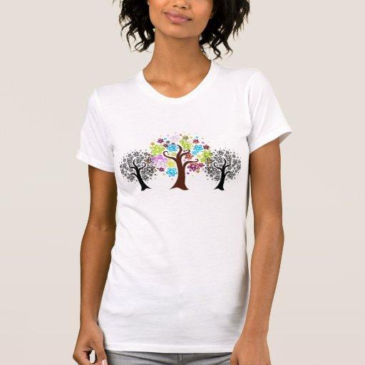 Camiseta floreciente colorida de los árboles