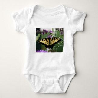 Camiseta hermosa del mameluco de la mariposa