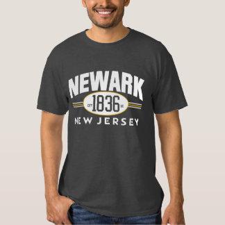Camiseta incorporada ciudad 1836 de NEWARK NEW Poleras