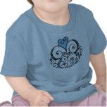 Camiseta infantil azul del adorno del corazón