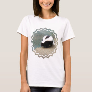 Camiseta linda de las señoras de la mofeta