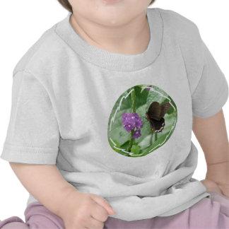 Camiseta negra linda del bebé de la mariposa