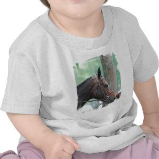 Camiseta oscura clavada con tachuelas del bebé del