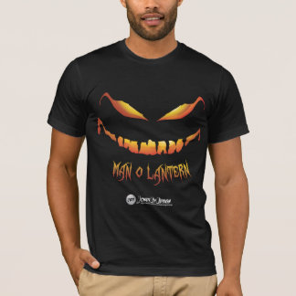 Camiseta oscura de la linterna del hombre O de