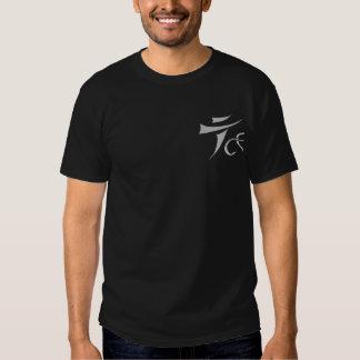 Camiseta oscura en marcha del logotipo de Tenkara Poleras