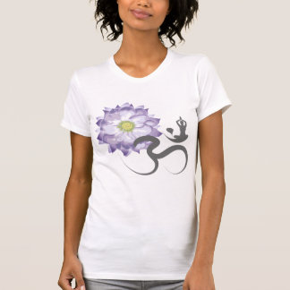 Camiseta púrpura de la caligrafía de OM de la yoga Playeras