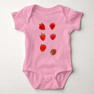 Camiseta que cae de las fresas playeras
