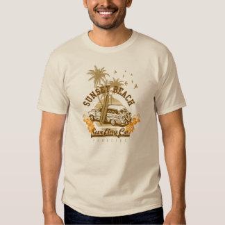 Camiseta que practica surf de la playa de la polera