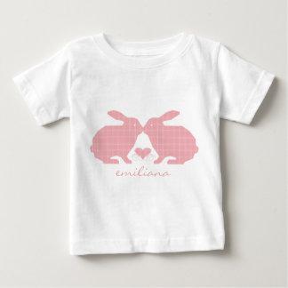 Camiseta rosada de los conejitos de la tela
