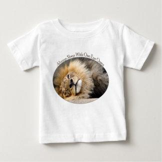Camiseta soñolienta del guiño del león