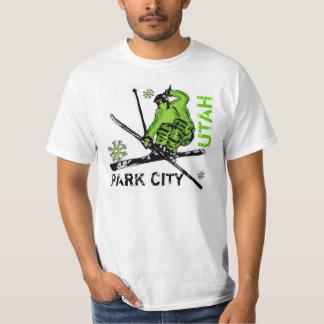 Camiseta verde del valor del esquiador del tema de