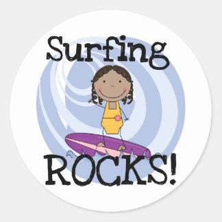 Camisetas afroamericanas del chica de las rocas pegatina redonda
