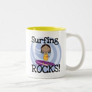 Camisetas afroamericanas del chica de las rocas taza de dos tonos
