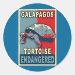Camisetas en peligro del arte pop de la tortuga de etiqueta redonda