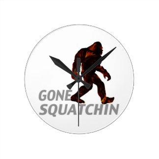 Camisetas idas de los regalos de Squatchin Reloj Redondo Mediano