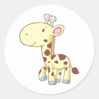Camisetas lindo de la jirafa del bebé del dibujo pegatina redonda