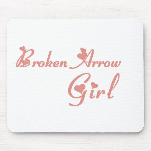 Camisetas quebradas del chica de la flecha tapete de raton