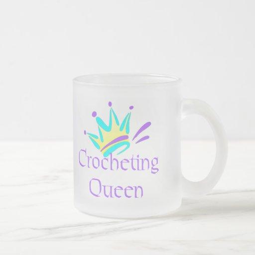 Camisetas y regalos Crocheting de la reina Tazas